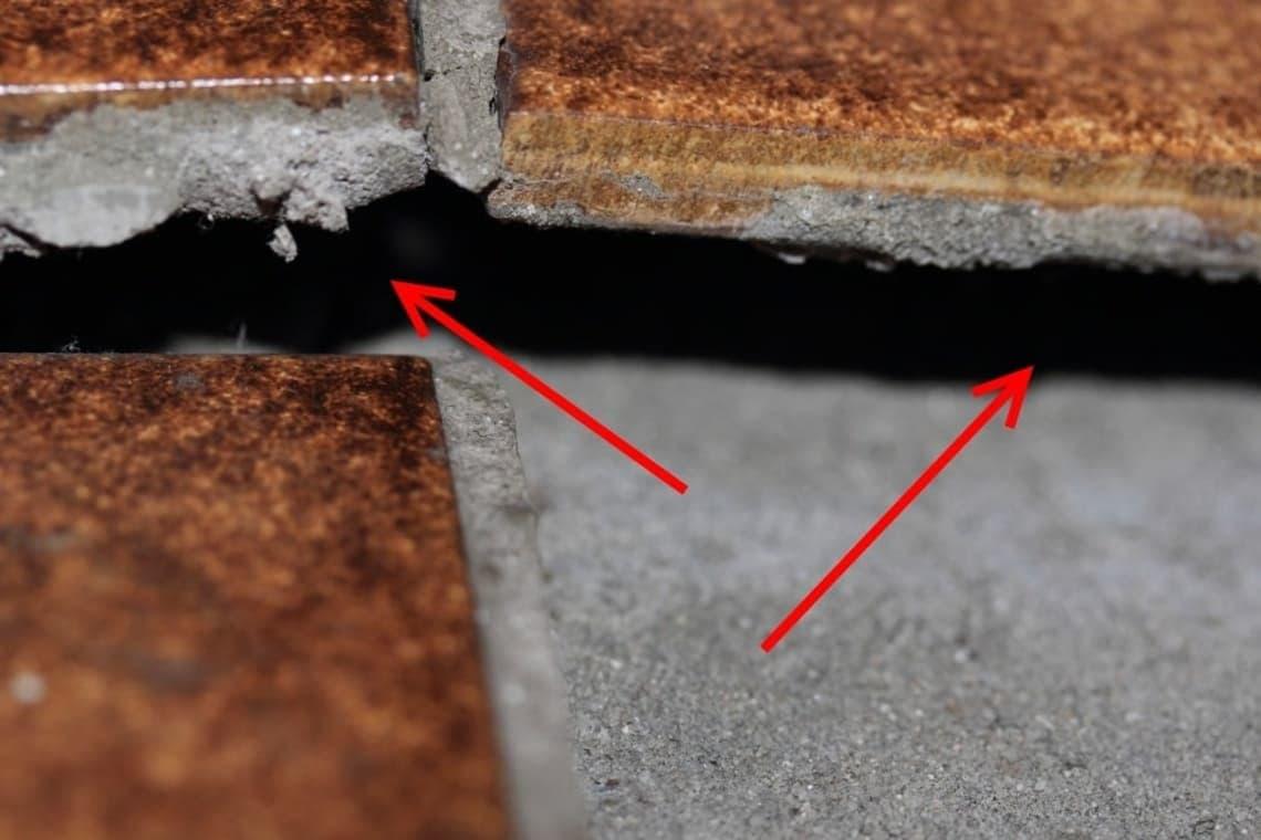 Abplatzungen und Risse an Bodenfliesen