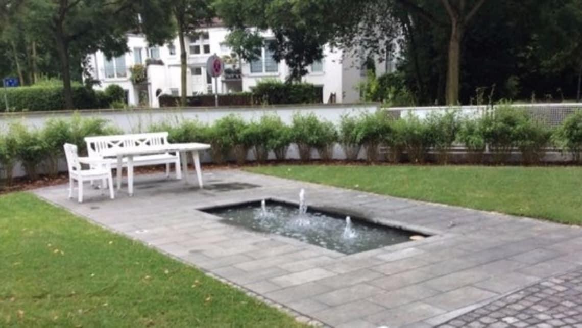 Öffentlicher Park mit weißer Bank