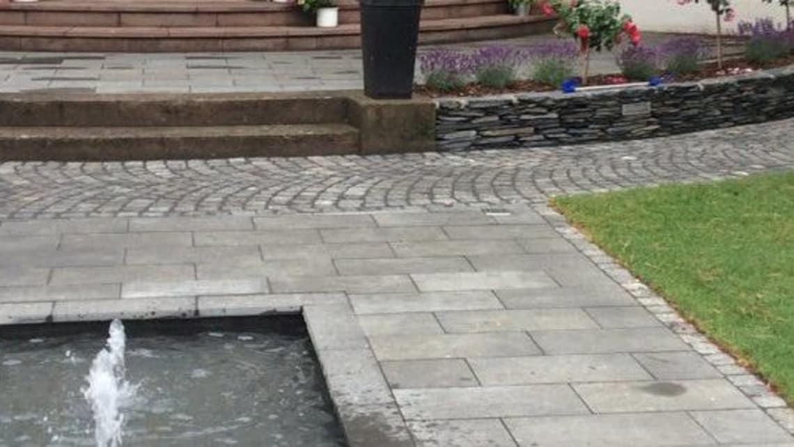 Gartenumgestaltung Terrasse mit Wasserspiel Nachher