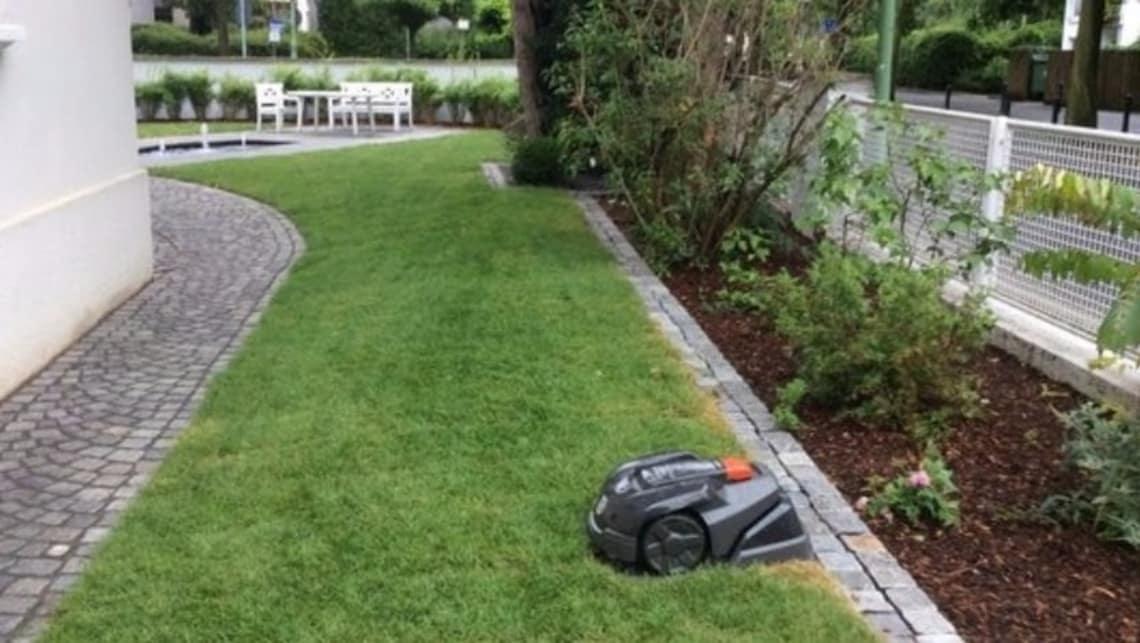 Gartenumgestaltung Seitengarten mit Rasen und Roboter