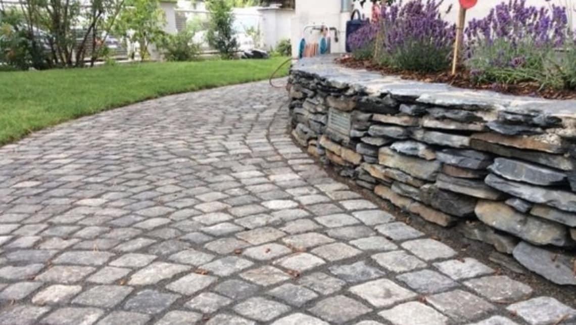 Gartenumgestaltung Naturstein Weg und Mauer mit Bepflanzung