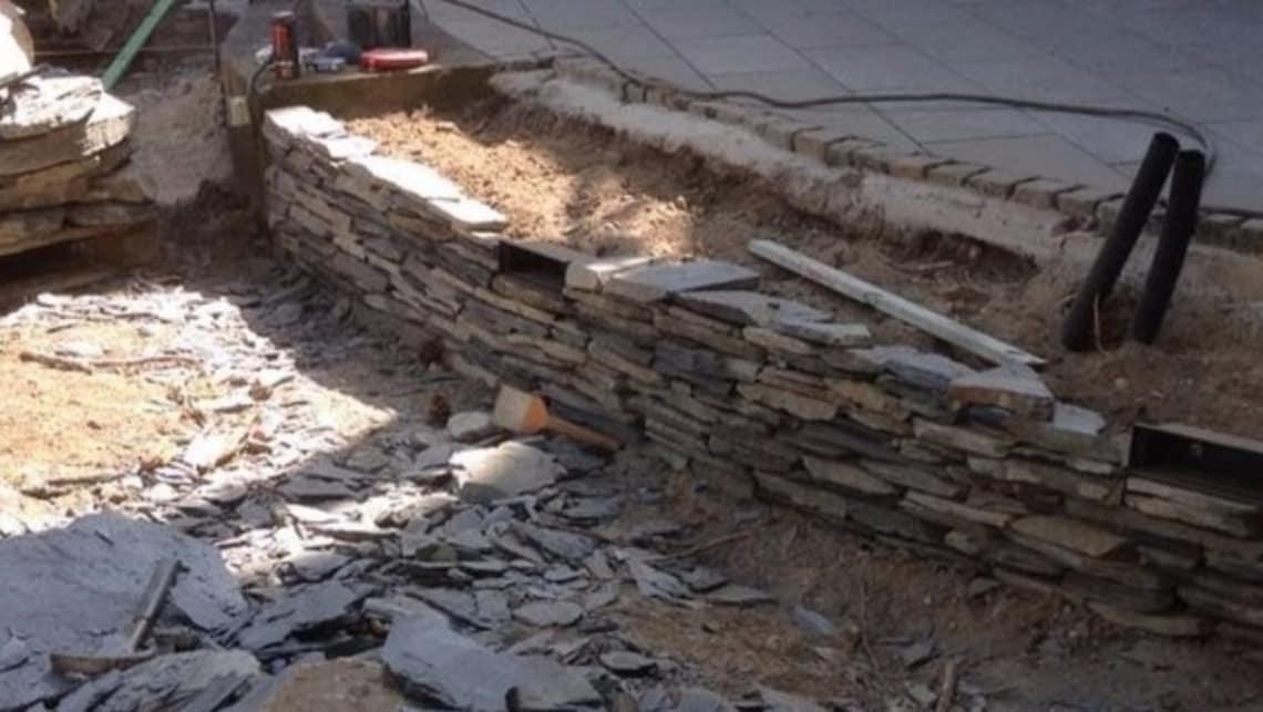 Naturstein Mauer im Bau