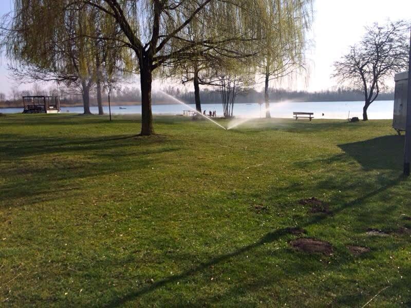 Beregnungsanlage grüne Wiese am See