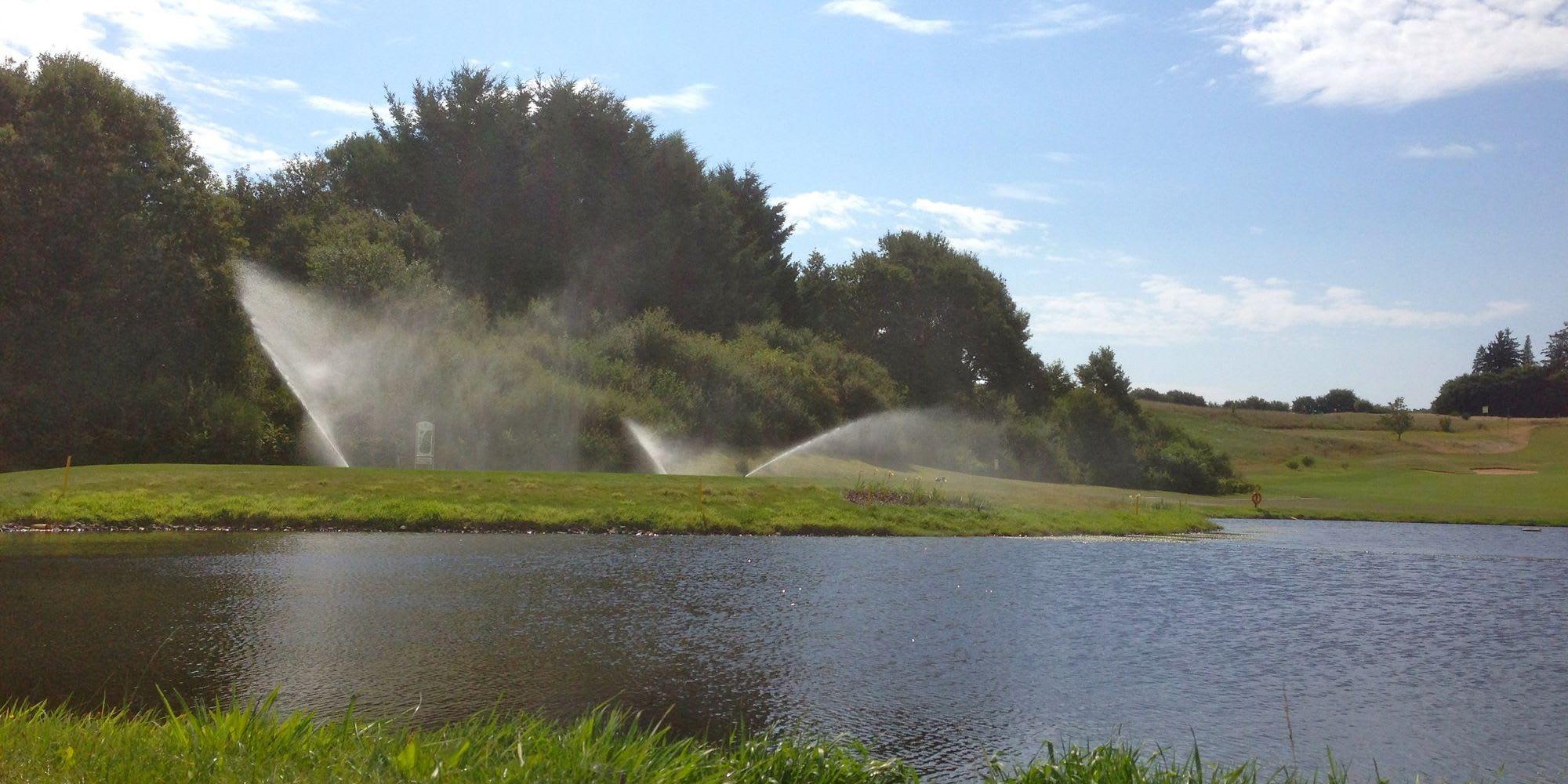 Beregnungsanlagen große grüne Wiese Golfplatz