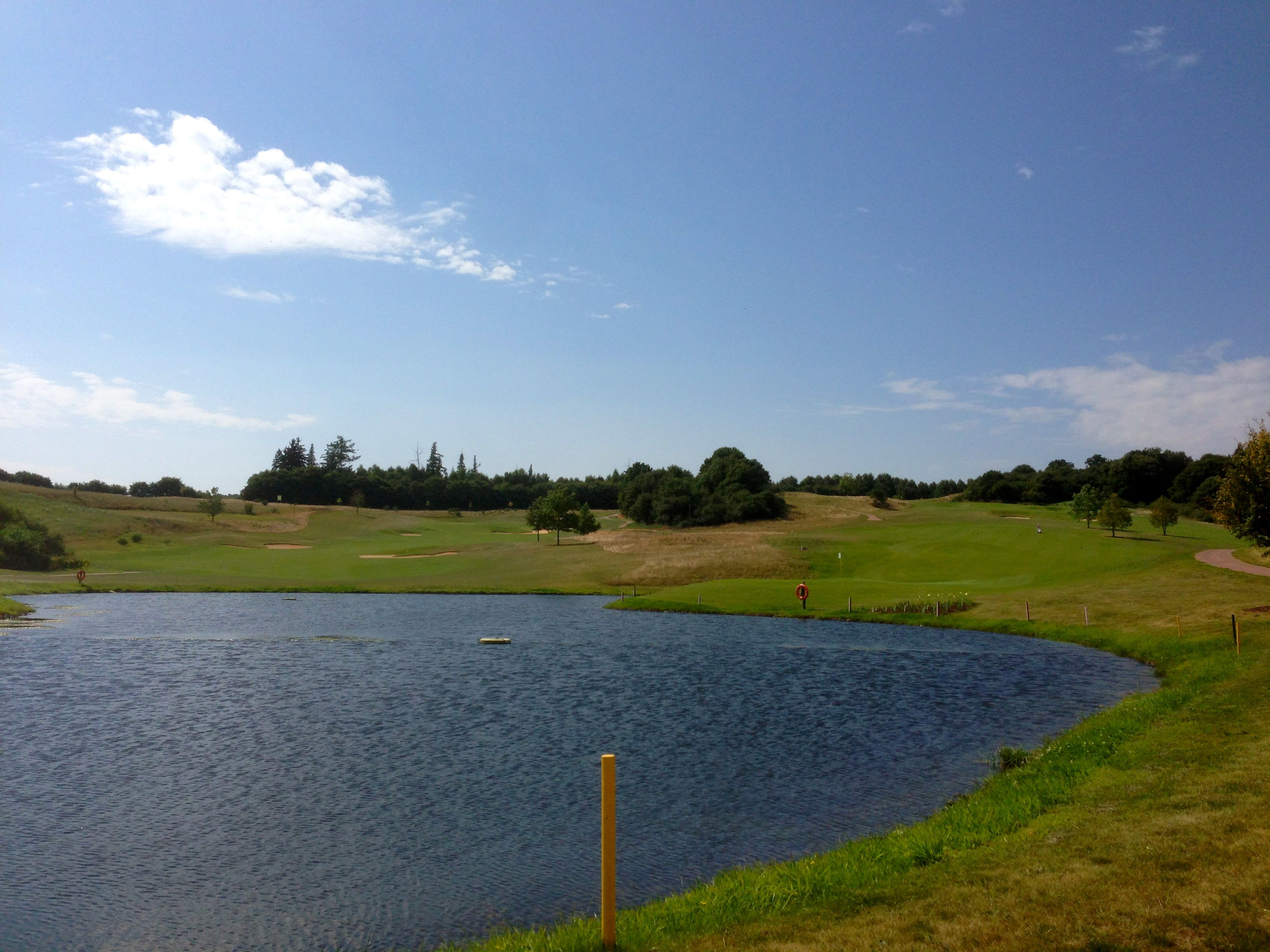 Bewässerung auf dem Golfplatz mit Teich