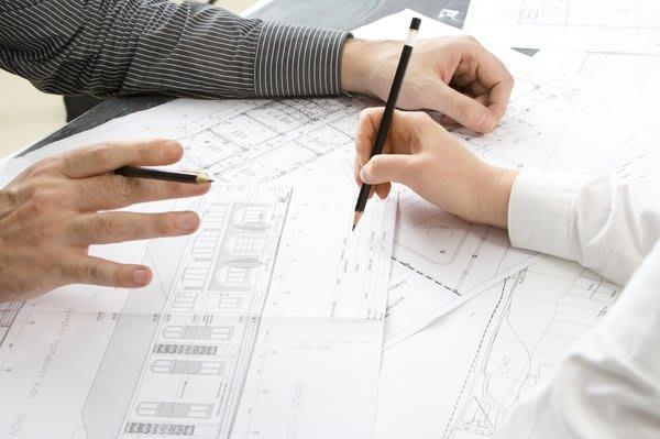 Zwei Menschen bei der Planung