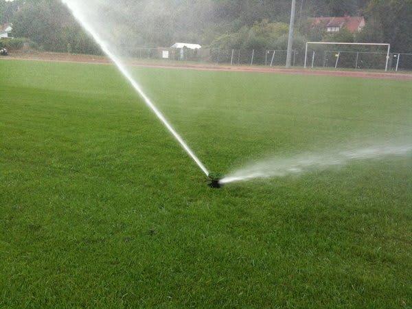 Rasen Fußballplatz Beregnung