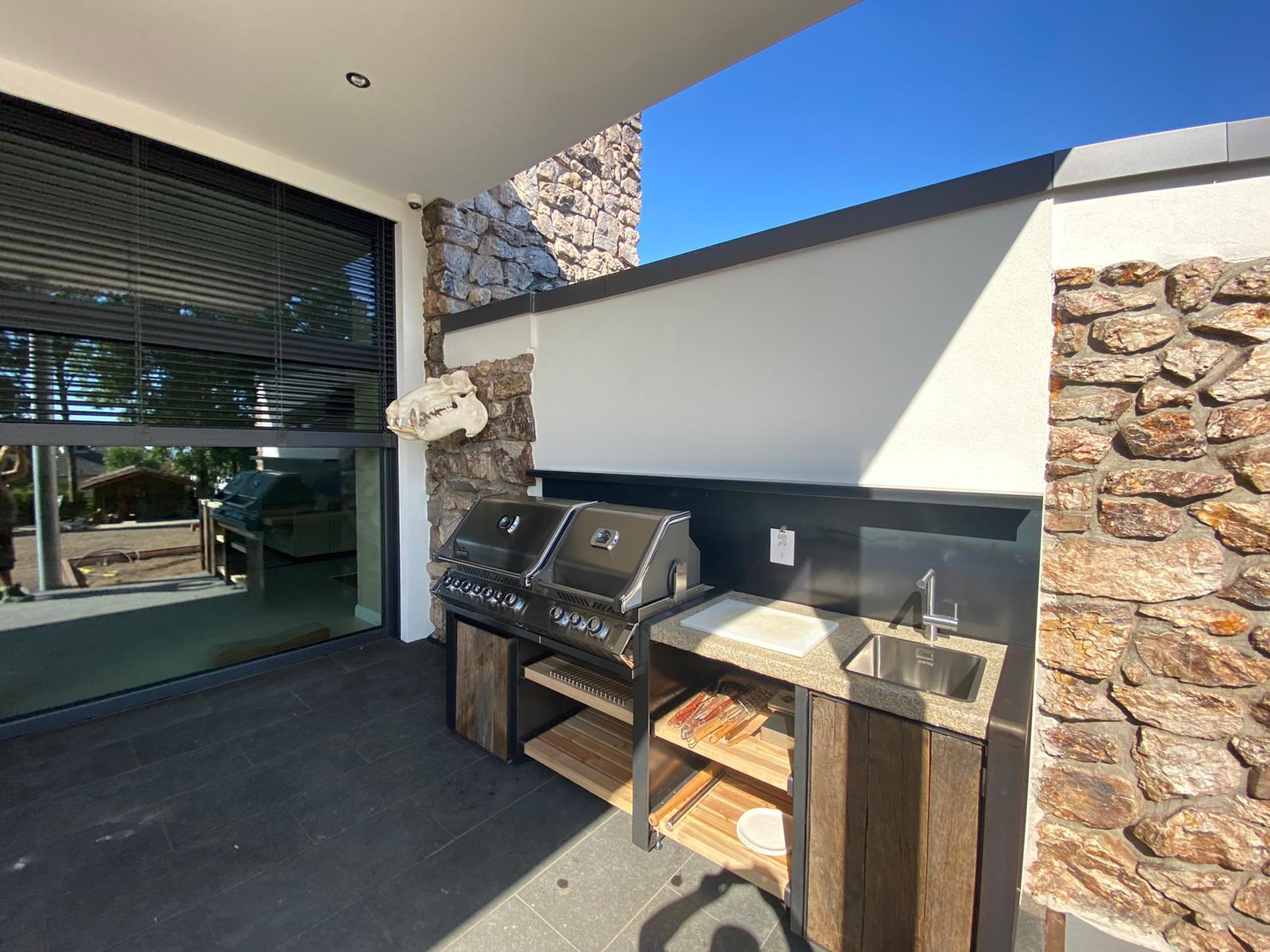 Terrasse mit Grill Mauer mit Naturstein