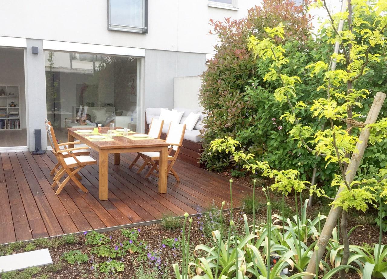 Terrasse mit Holzboden und Tisch mit Stühlen