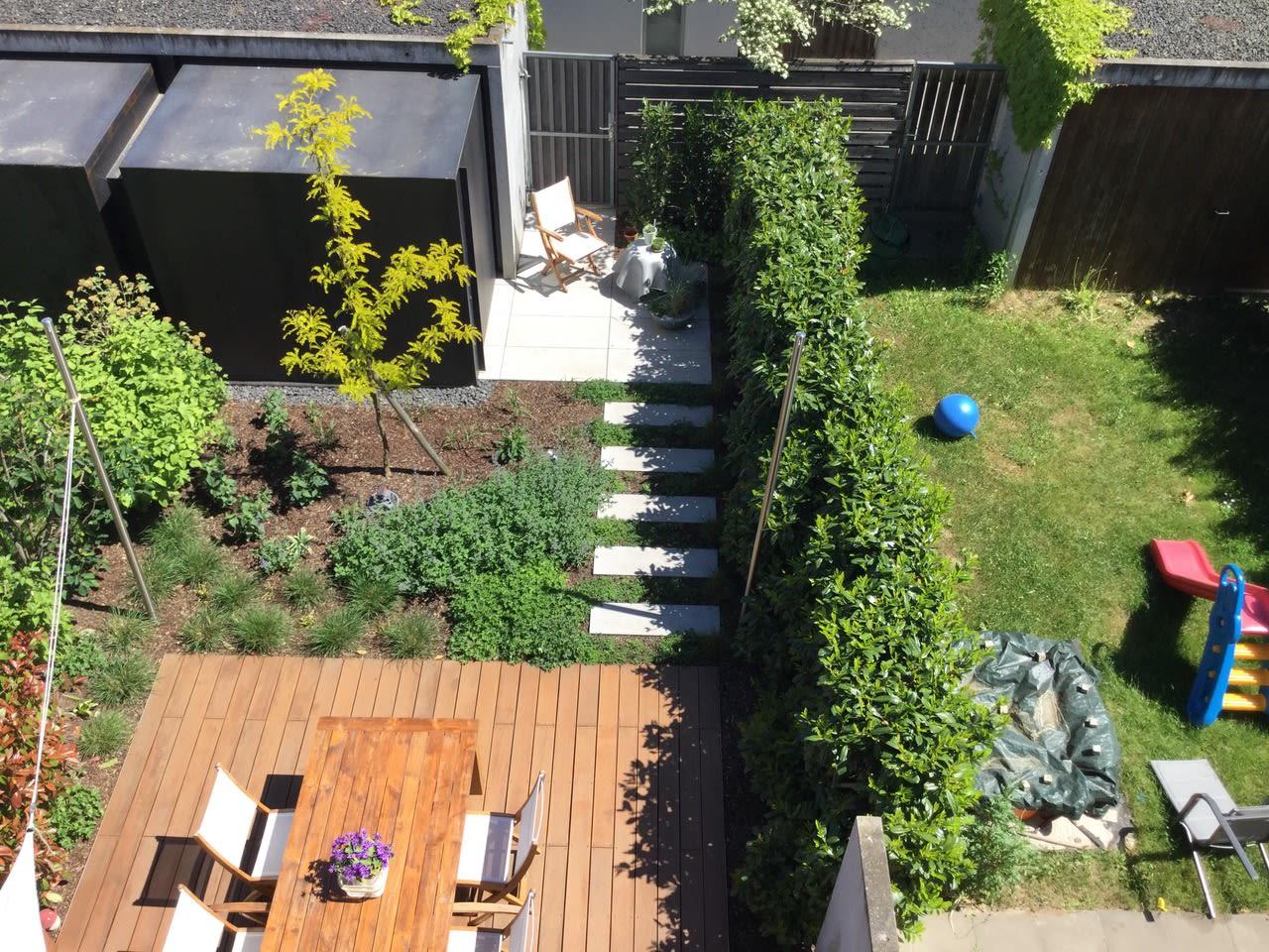 Garten mit Holzterrasse und Stühlen und Tischen Sicht von oben