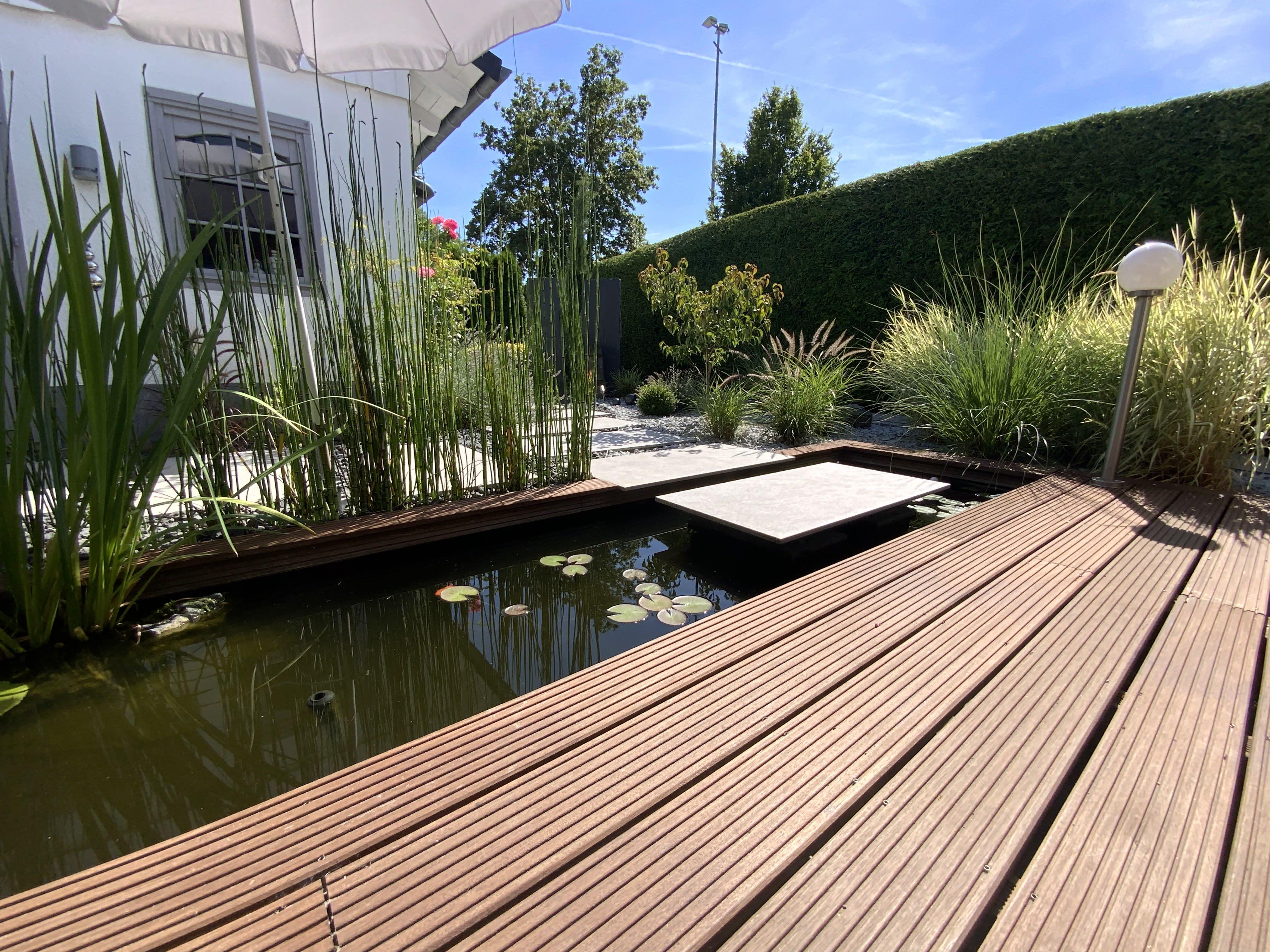 Garten mit Teich und Holzterrasse