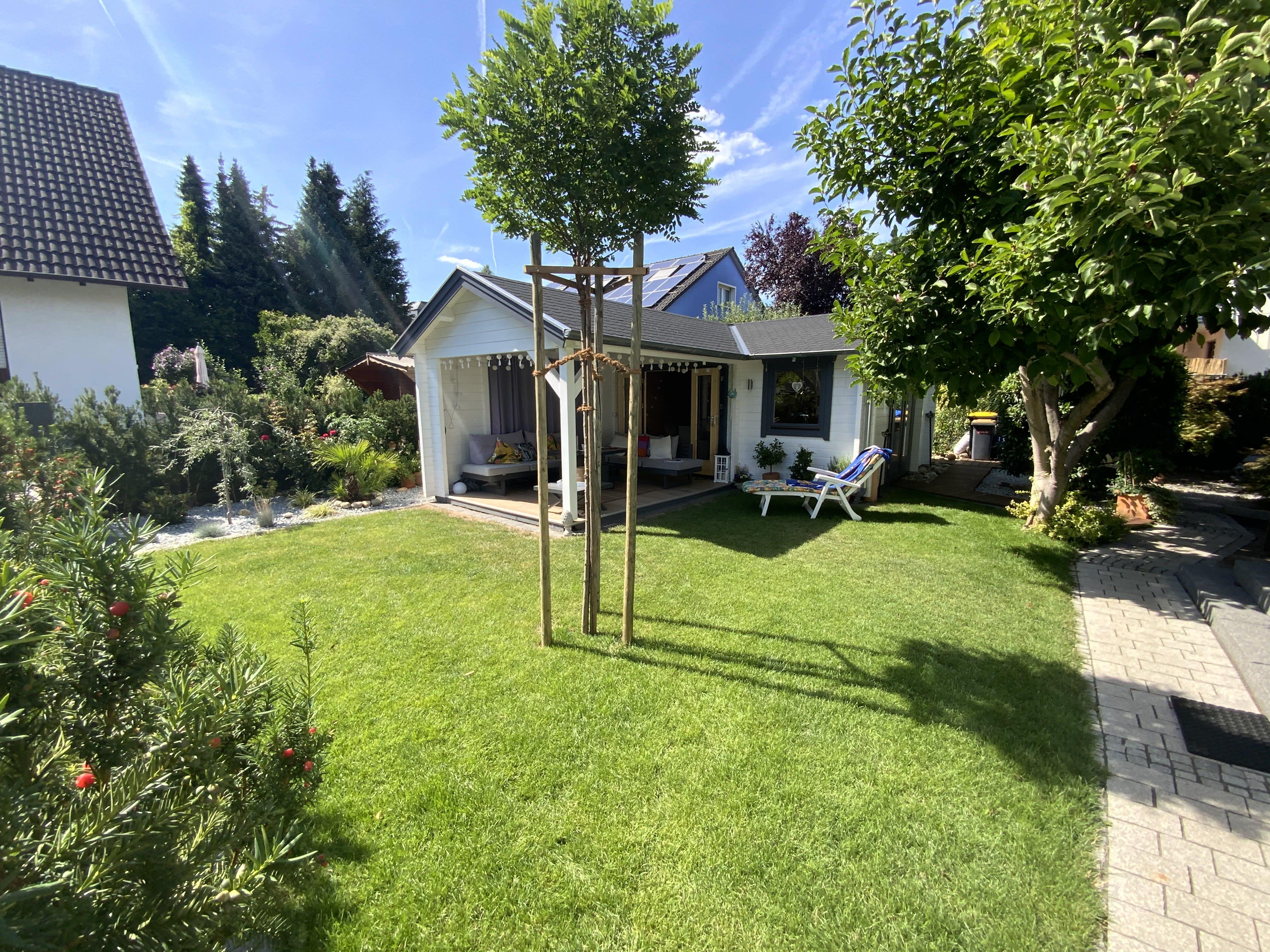Garten mit Rasen und kleinem Haus