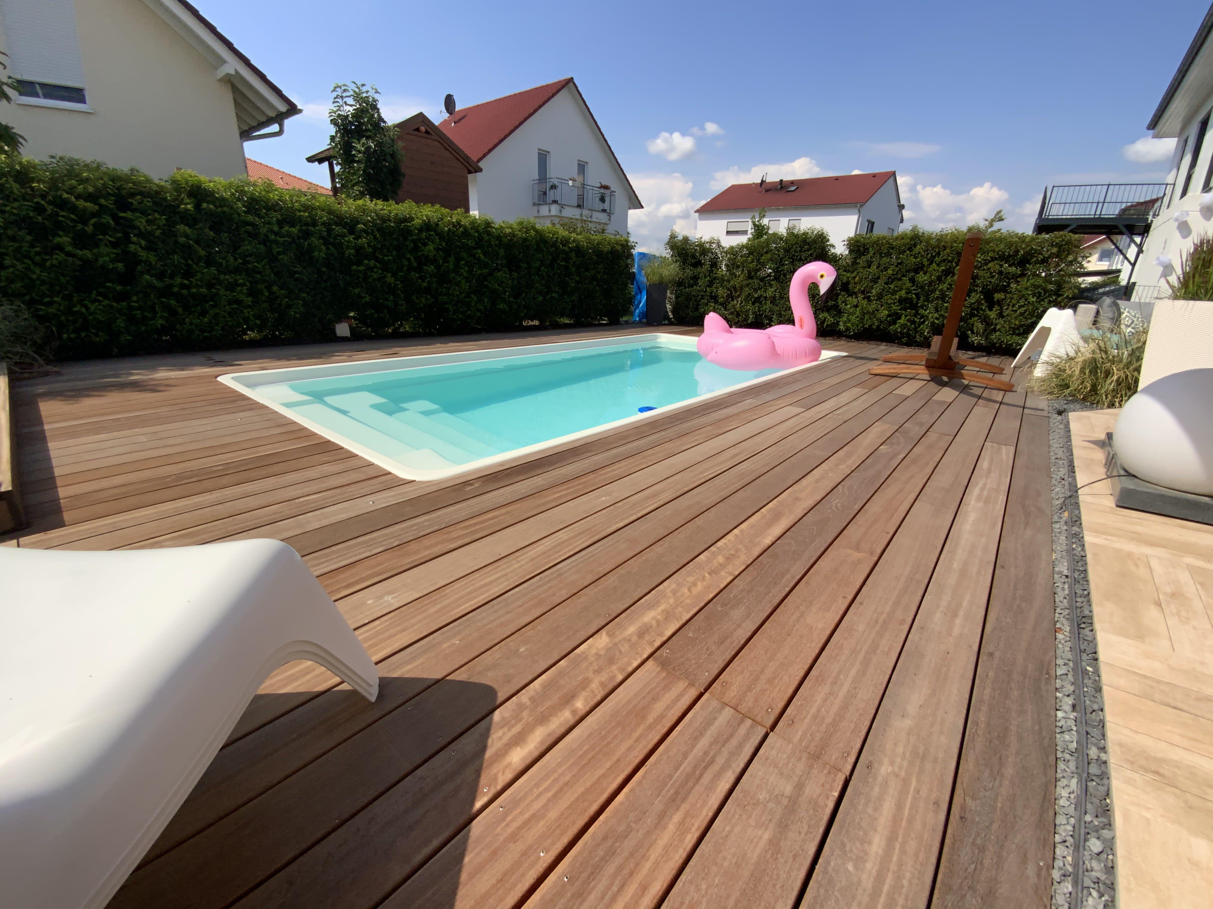Garten mit Pool und Flamingo, Holzdeckung