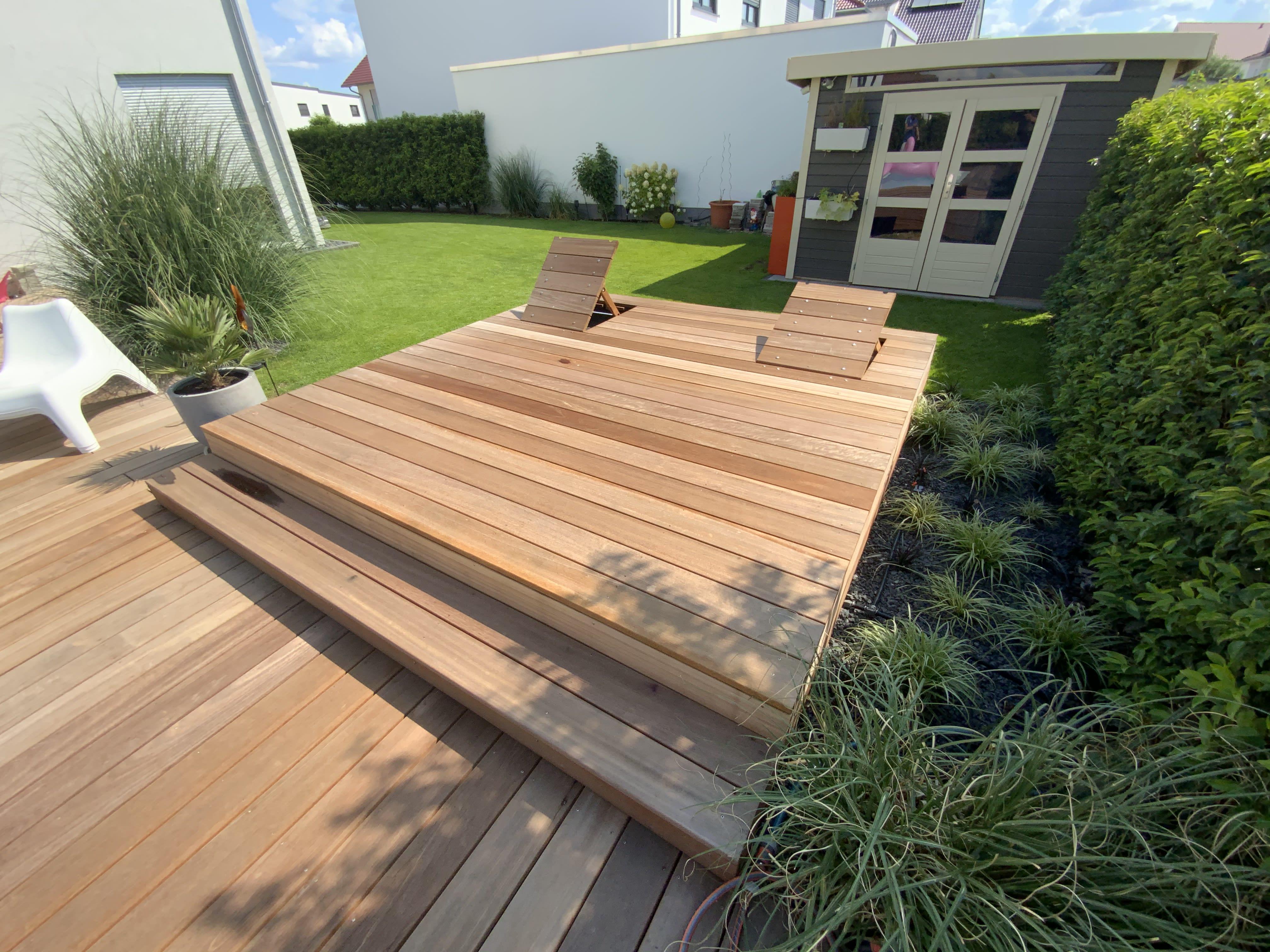 Garten mit Pool und Flamingo, Holzdeckung mit Sitzen