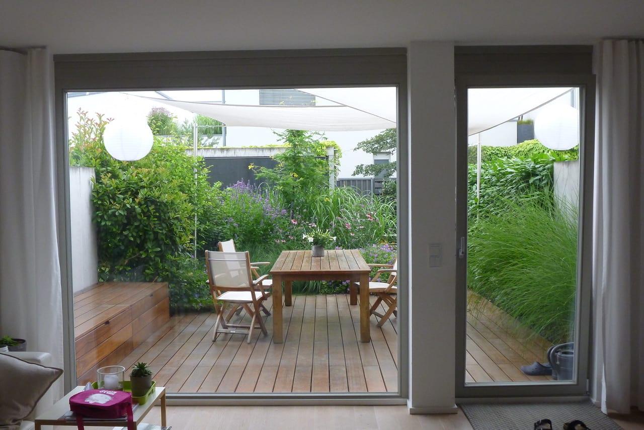 Garten mit Holzterrasse Sommer