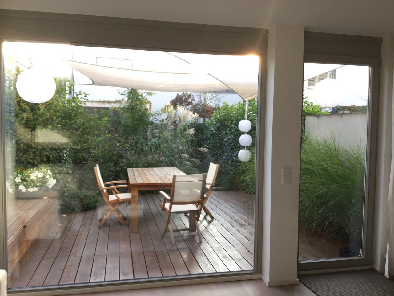 Garten mit Holzterrasse Spätsommer Bepflanzung