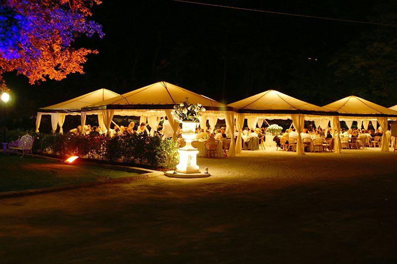 Gartenfest Zelte Locations weißes Zelt abends beleuchtet