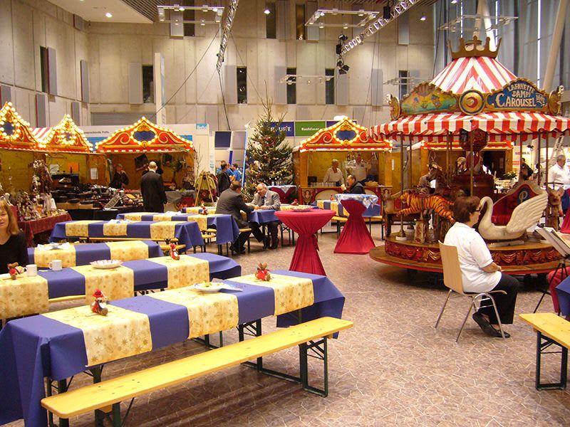 Weihnachtsmarkt Stände und Karussell