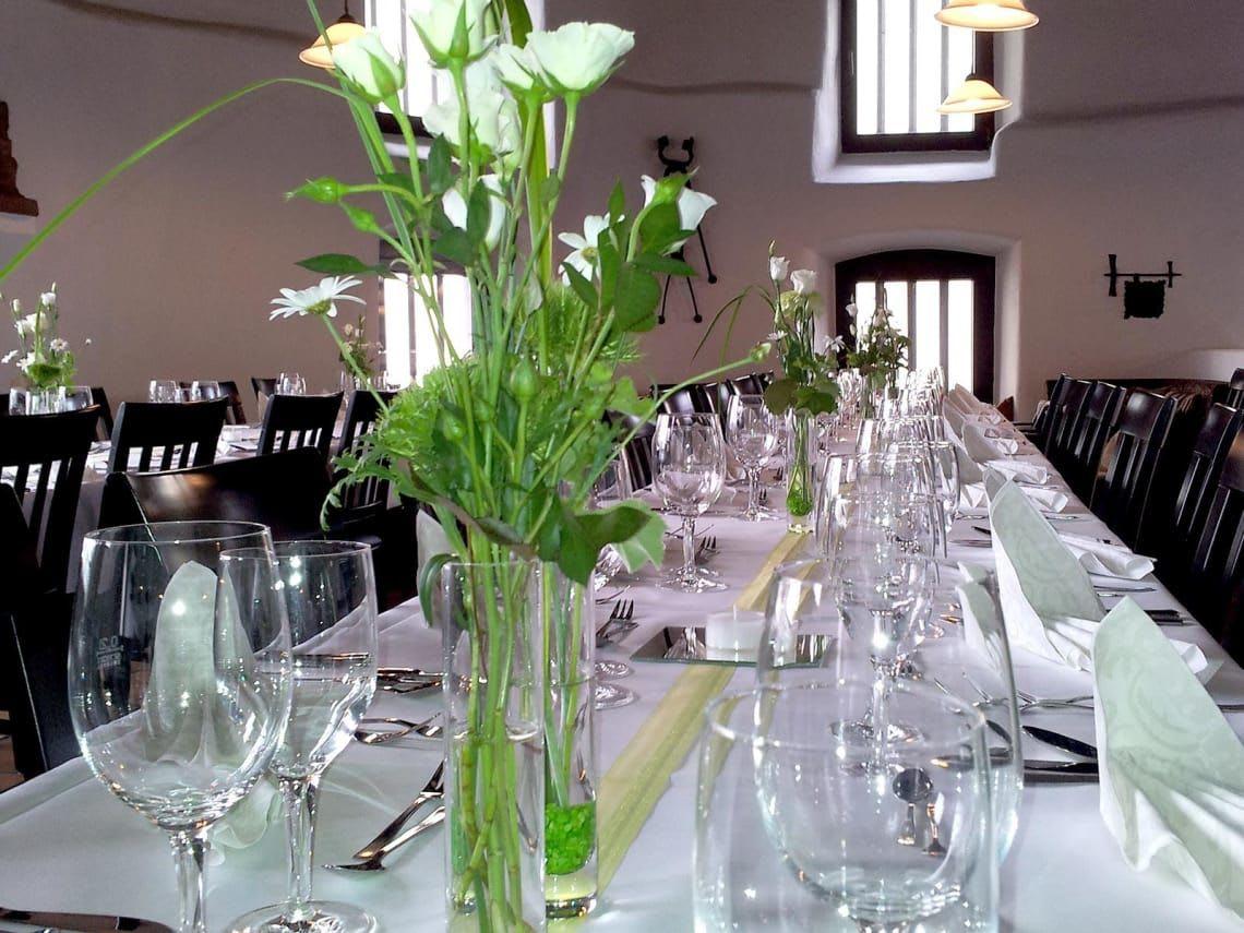 Dekorierter Tisch Gläser und Blumenschmuck