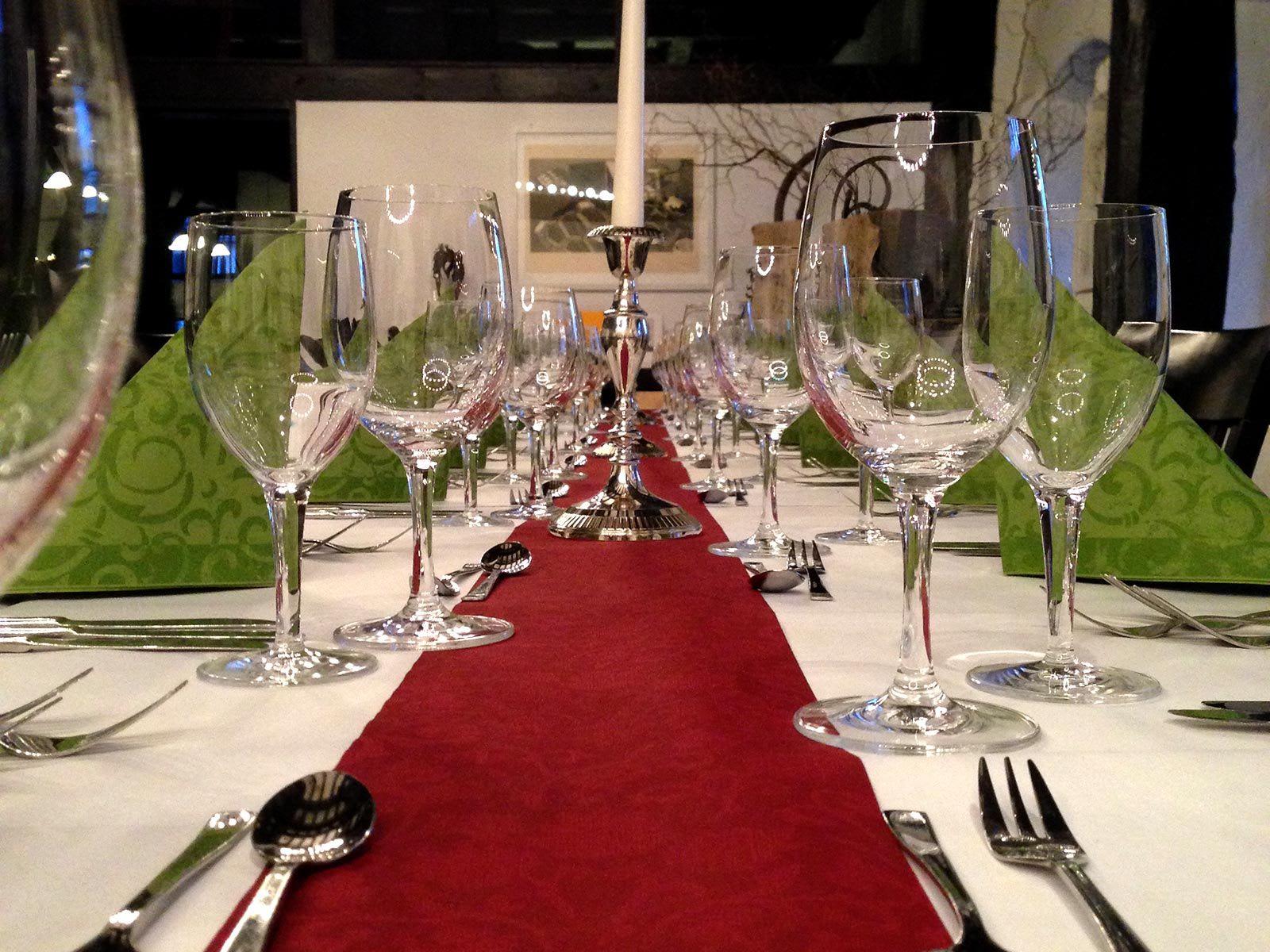 Dekorierter Tisch Gläser Kerze rot grün