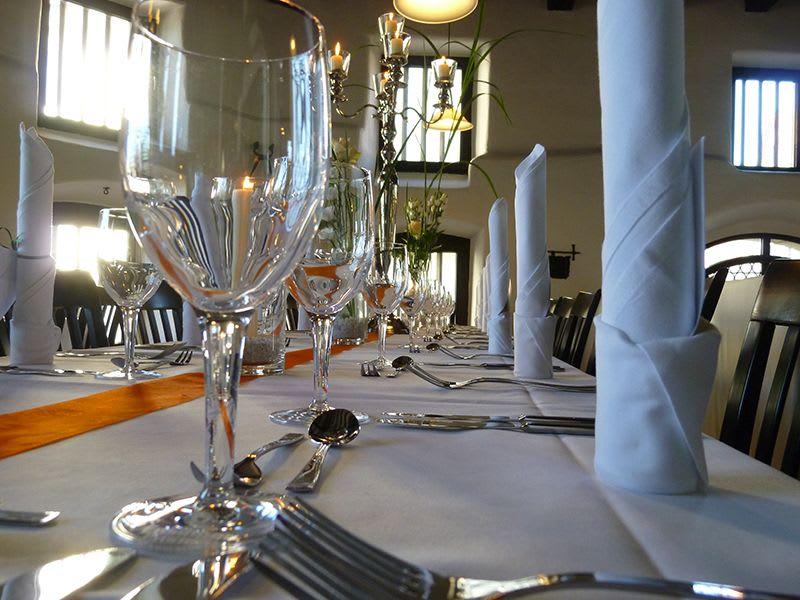 Dekorierter Tisch mit Gläsern Servierten und Kerzenhalter orange weiß
