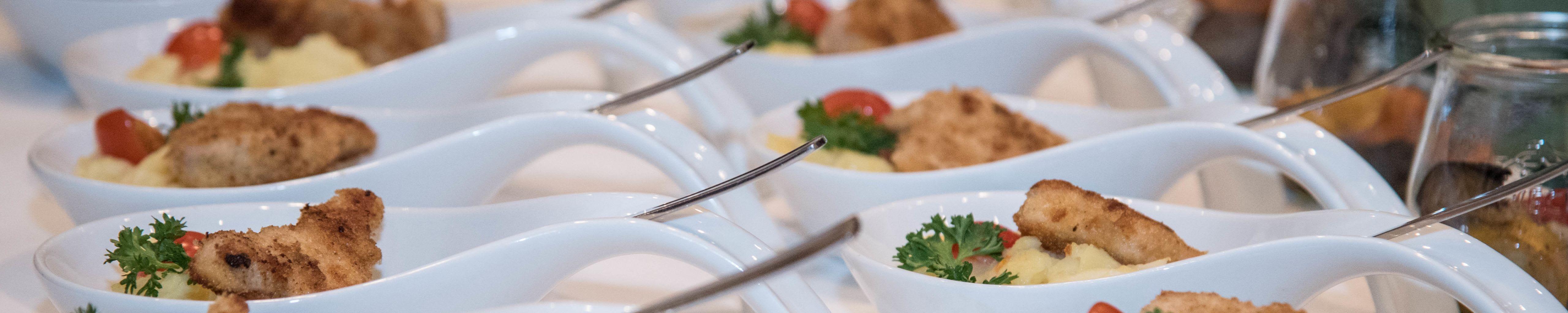 Häppchen mit Schnitzel und Kartoffelsalat Catering