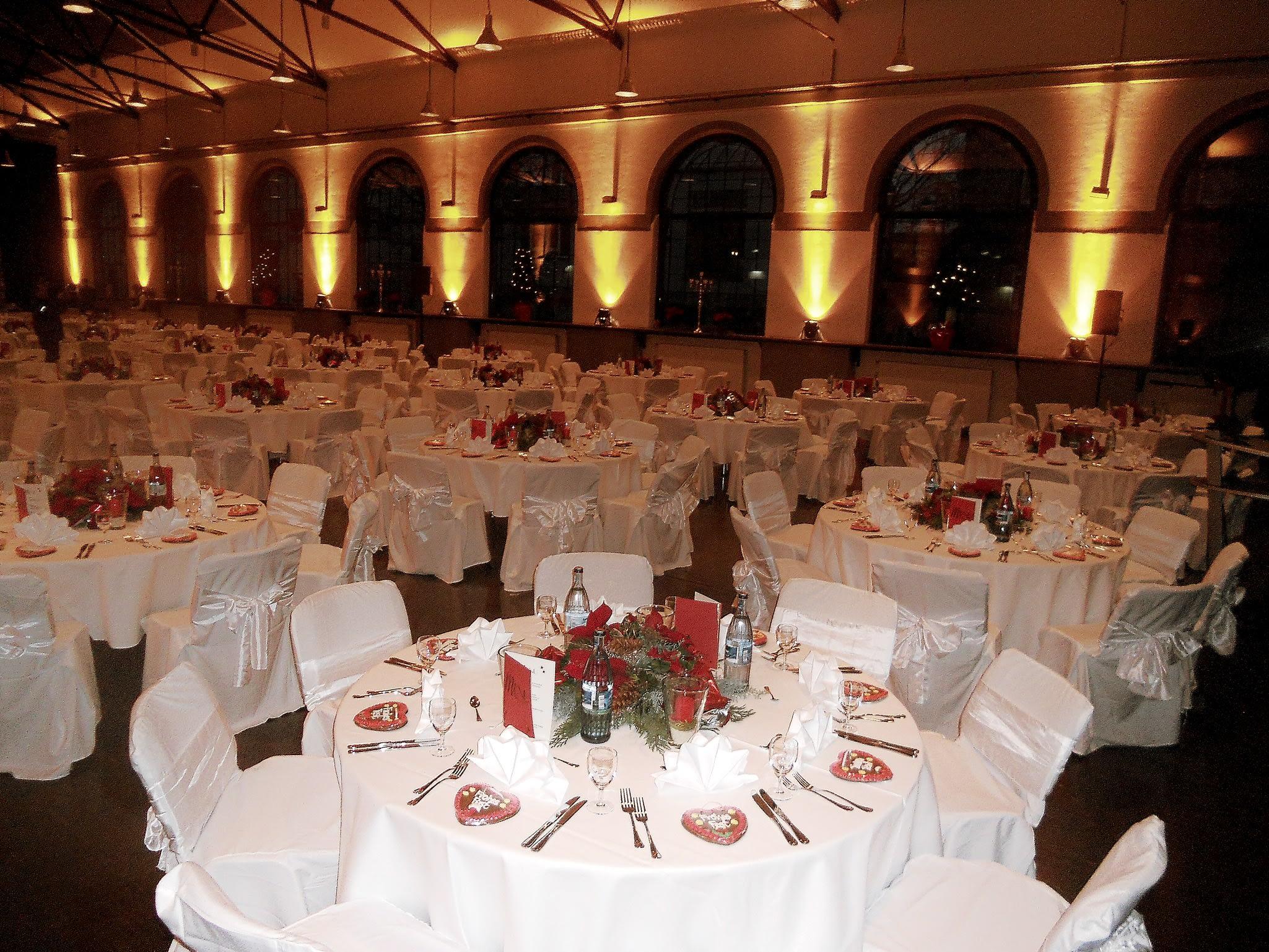 Große Feier Location runde Tische Gastronomie dekoriert