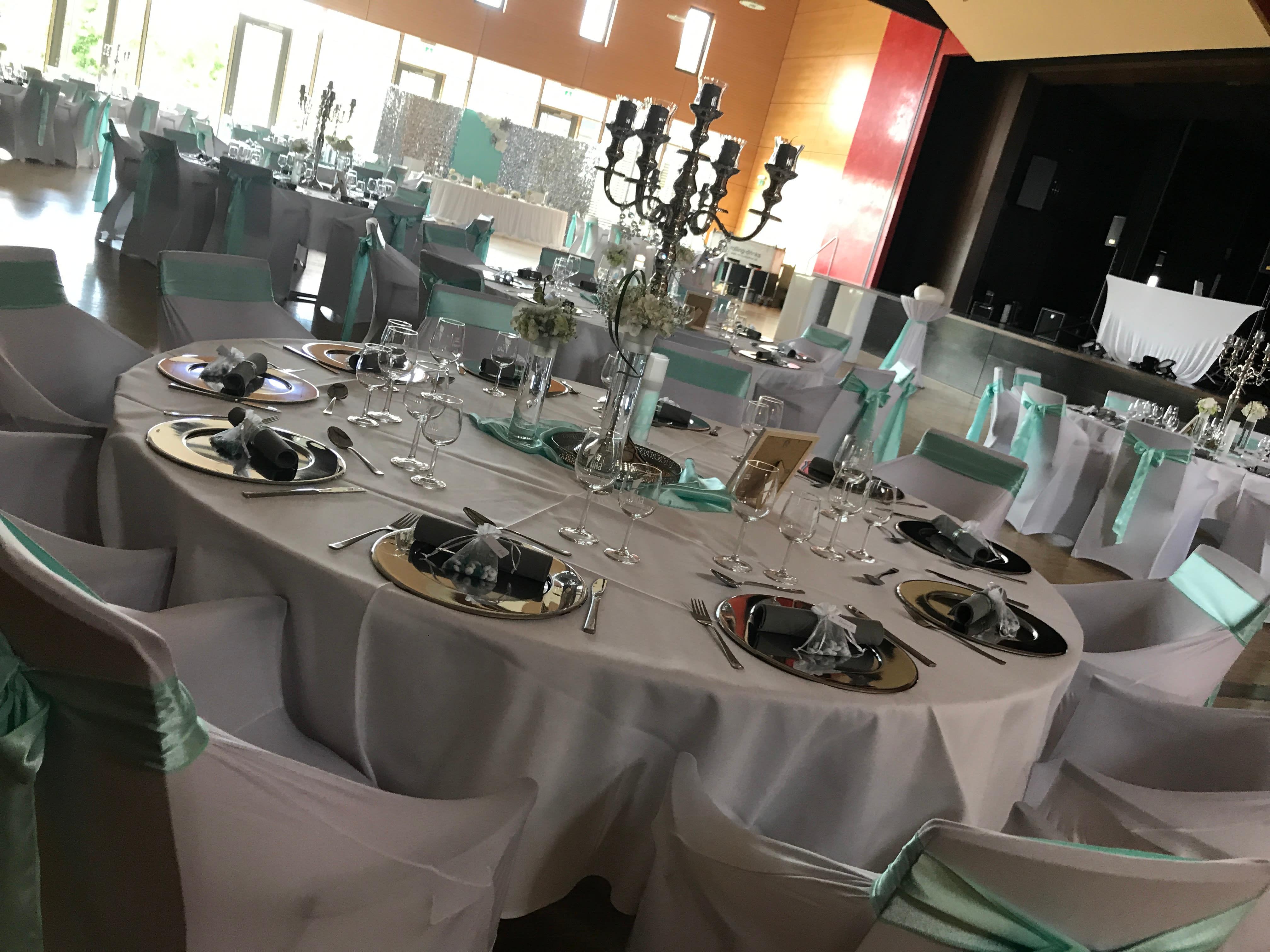 Location Hochzeit türkis weiße Deko