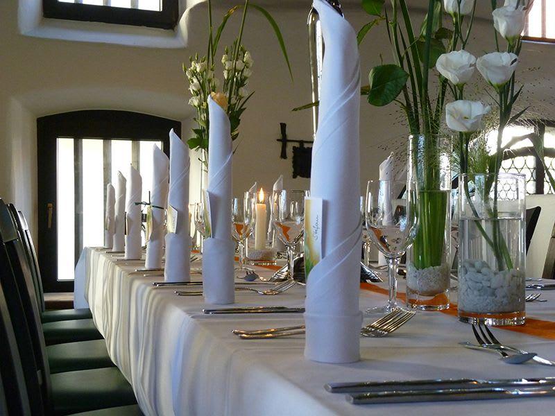 Dekorierter Tisch mit hohen Servierten weiß orange