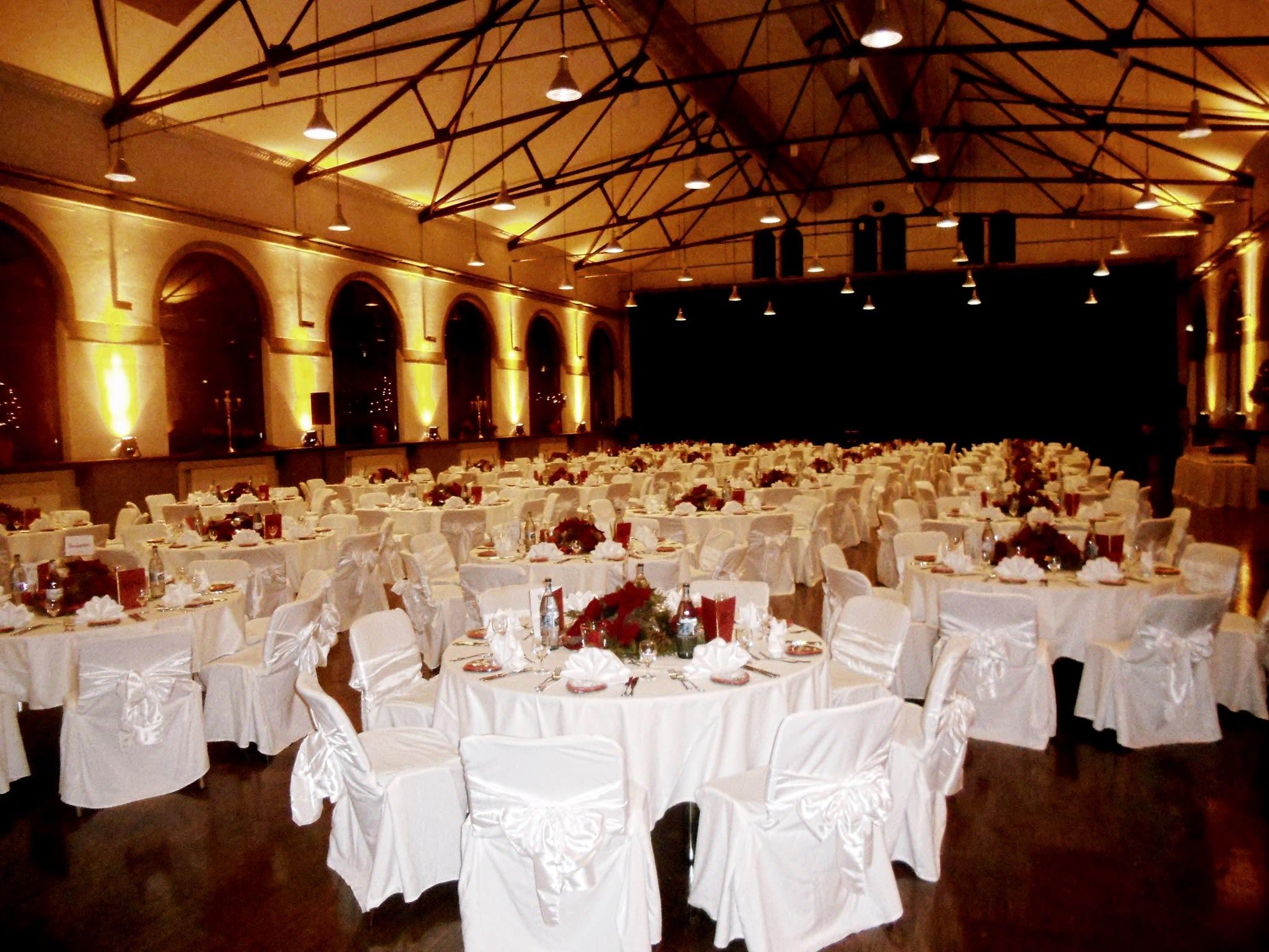 Location großer Raum mit vielen runden Tischen