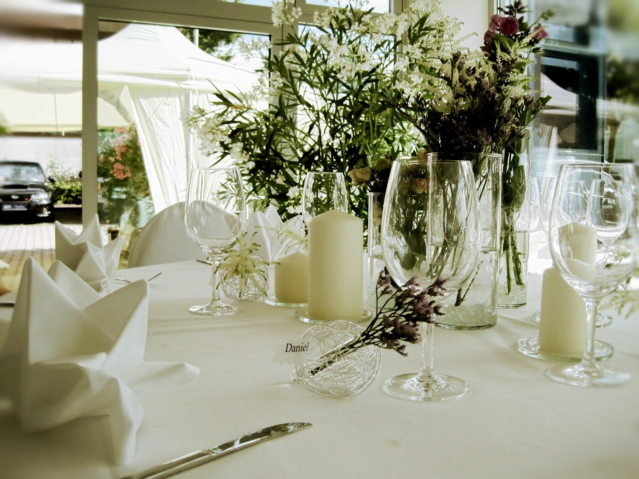 Dekorierter Tische Blumen Namensschild Daniel