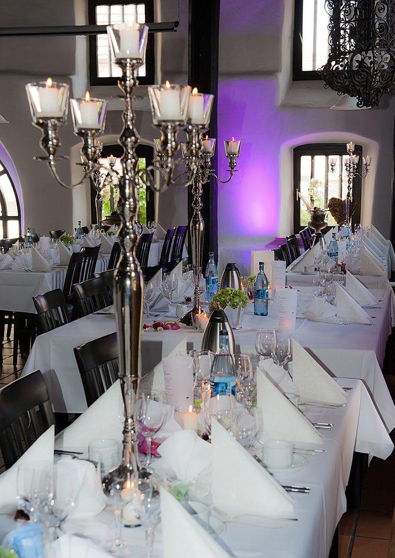 Tischdekoration mit großen Kerzenständern Teelichter
