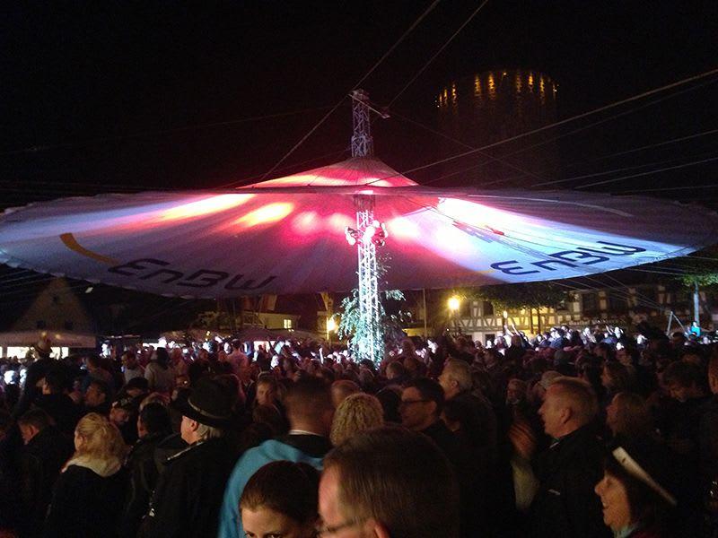Feier abends beleuchteter Schirm