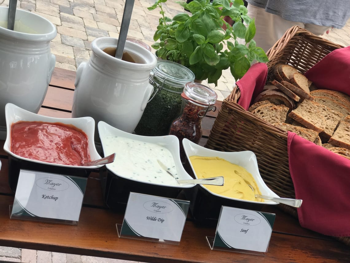 BBQ Toppings und Brotauswahl