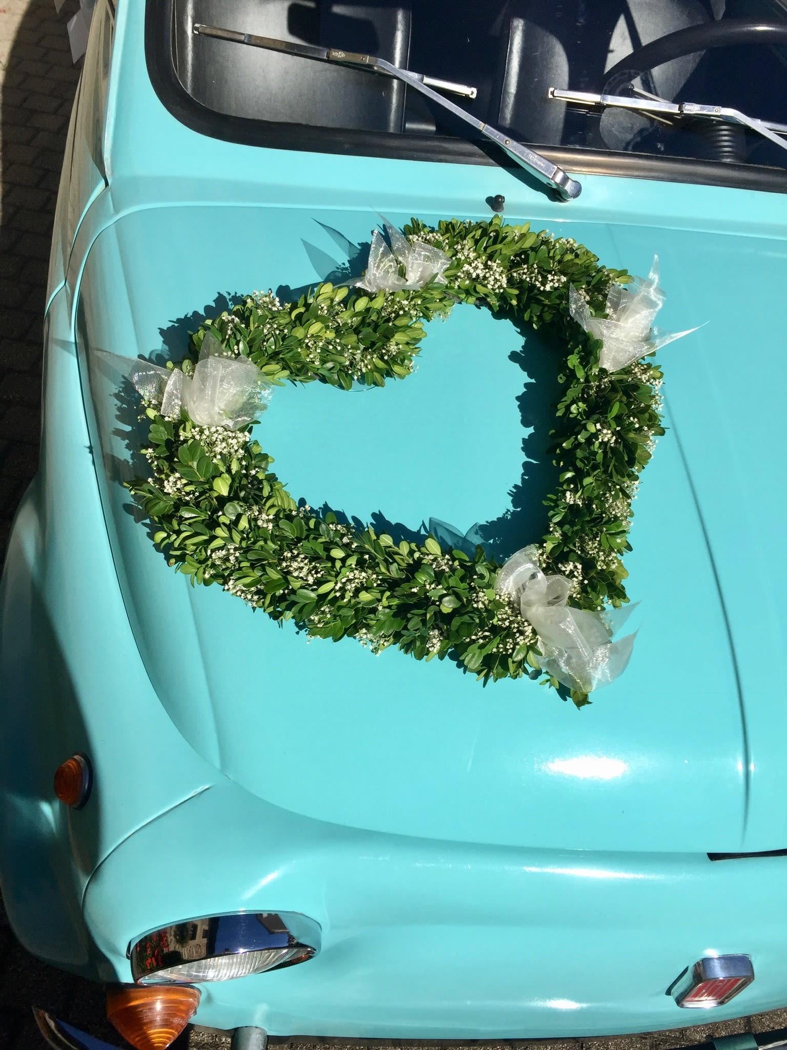 Türkises Auto mit Blumenherz