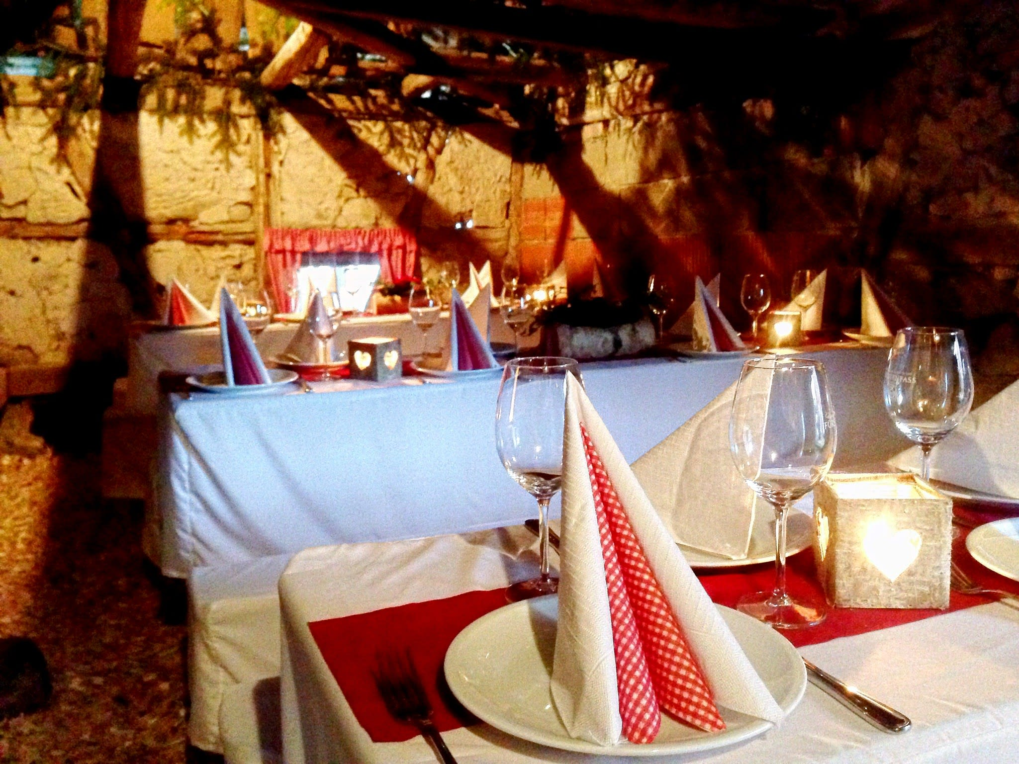 Location im Keller passend dekorierter Tisch
