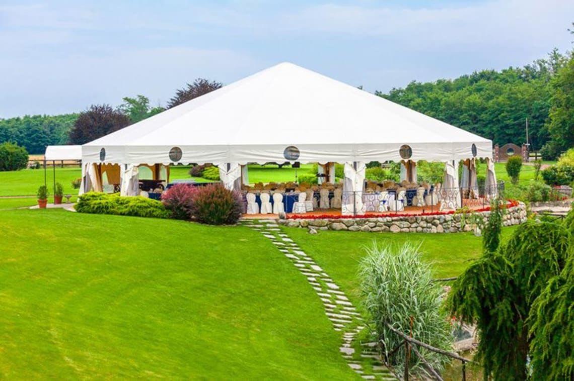 Gartenfest grüner Rasen und weiße Zelte