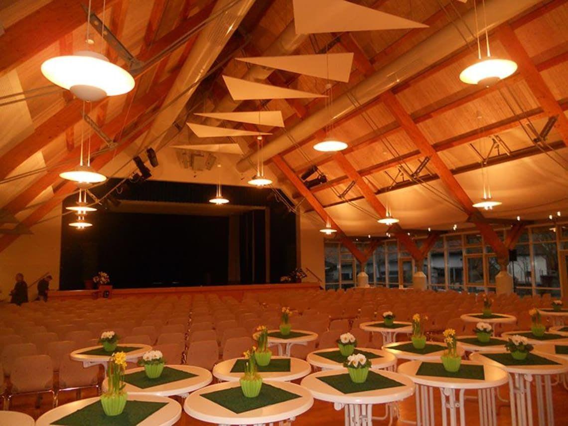 Gemeindehalle mit Stühlen und Stehtischen