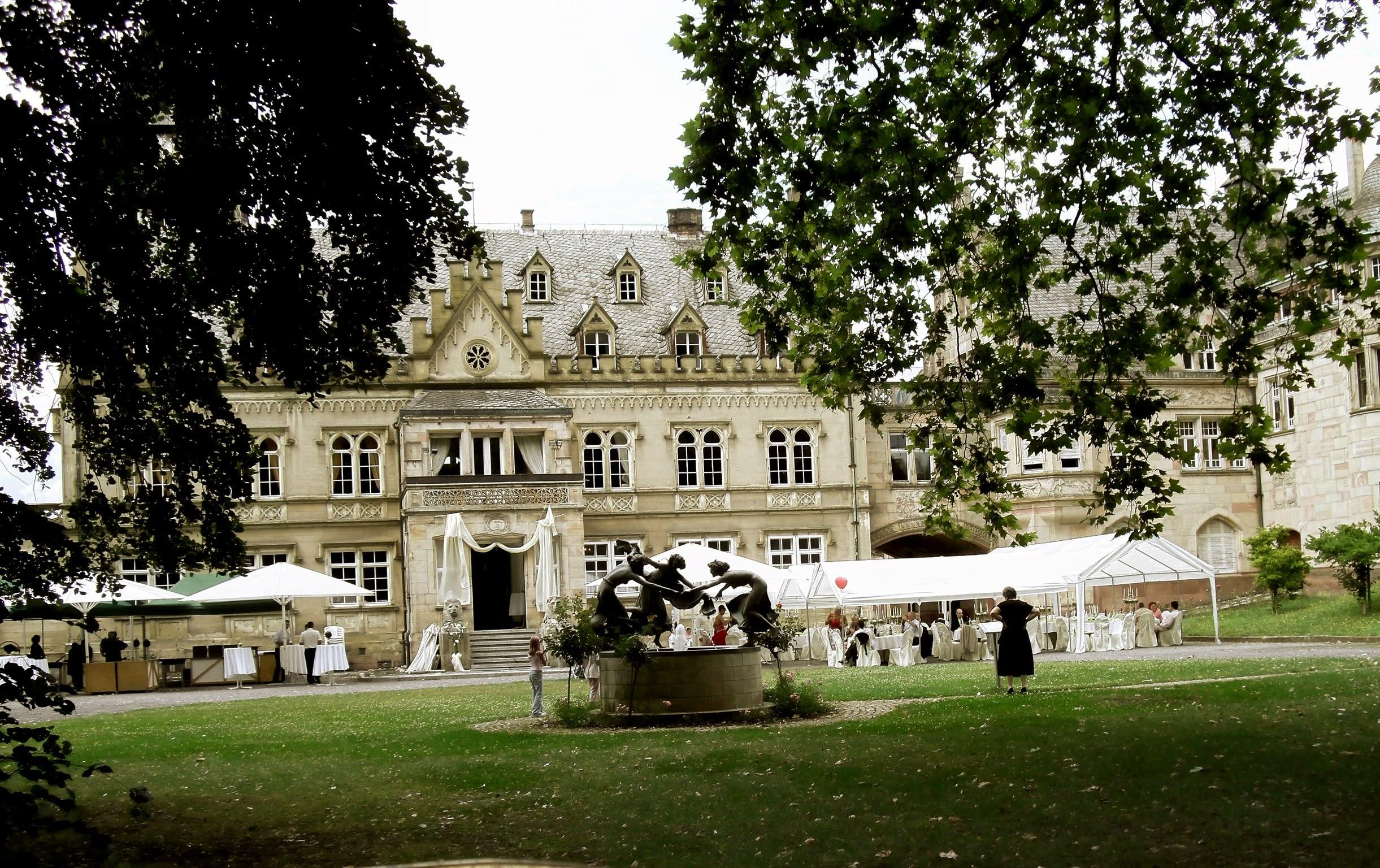 Hochzeitslocation Burg mit Skulpturen