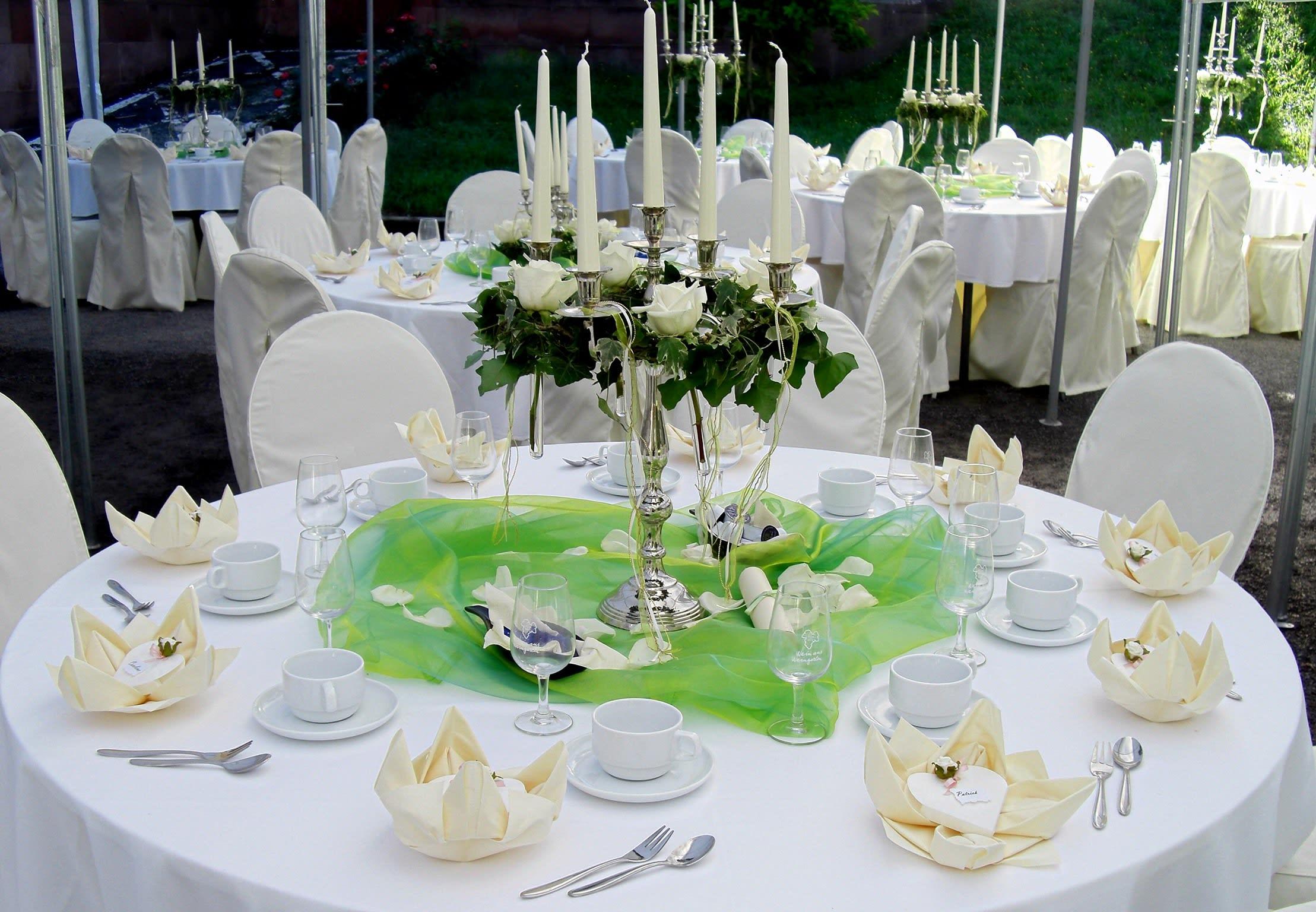 Dekorierter Tisch weiß grün mit Kerzen und Rosen