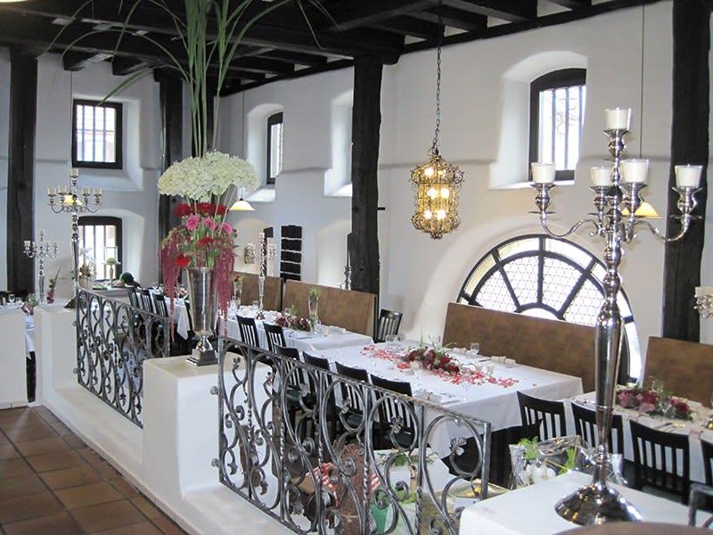 Alter Kelter Raum innen Blumen Deko und Kerzen