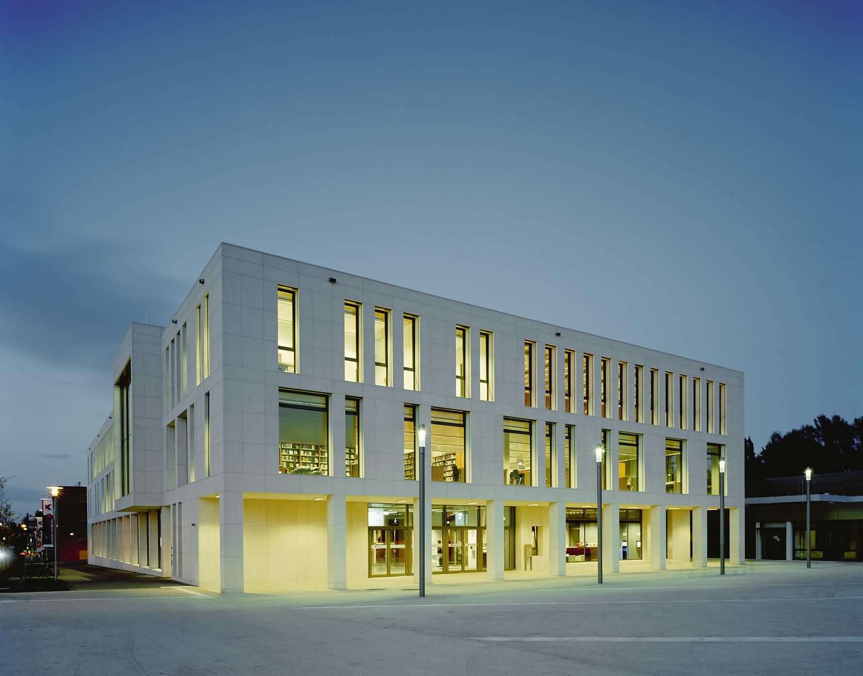 Kulturzentrum Außenaufnahme beleuchtet