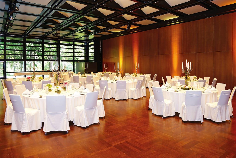 Kuluturzentrum mittlerer Saal runde Tische