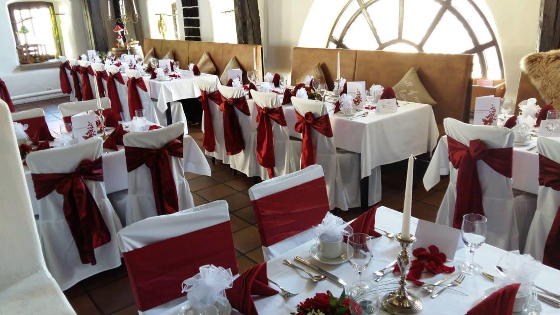 Alte Kelter Innenbereich mit dekorierten Tischen und Stühlen