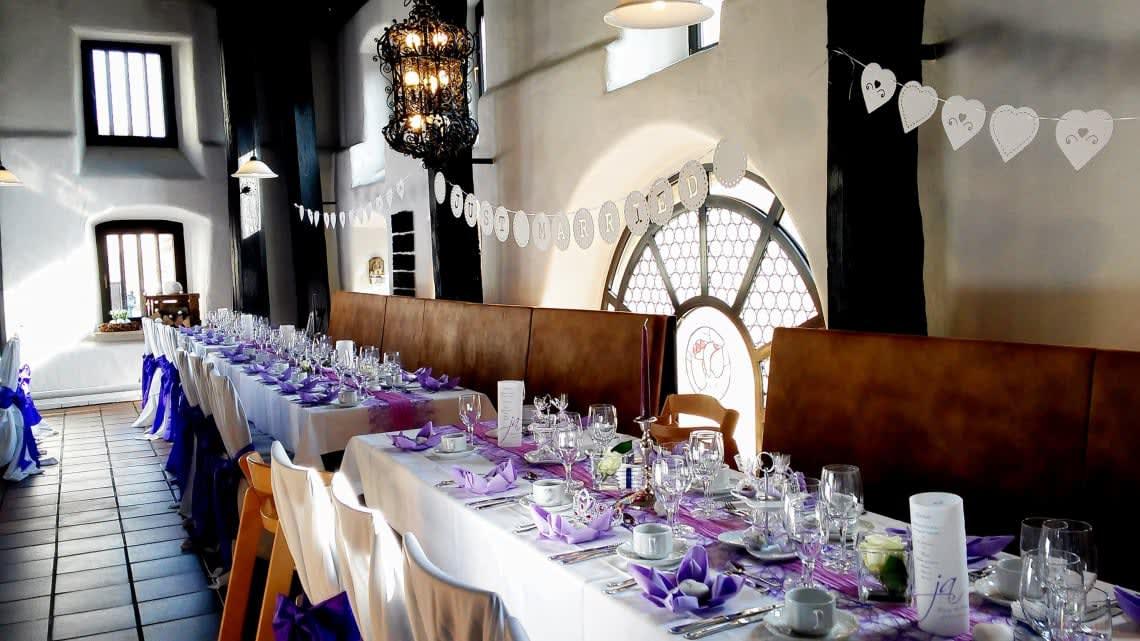 Alte Kelter Innenbereich dekorierte Stühle und Tische in violet