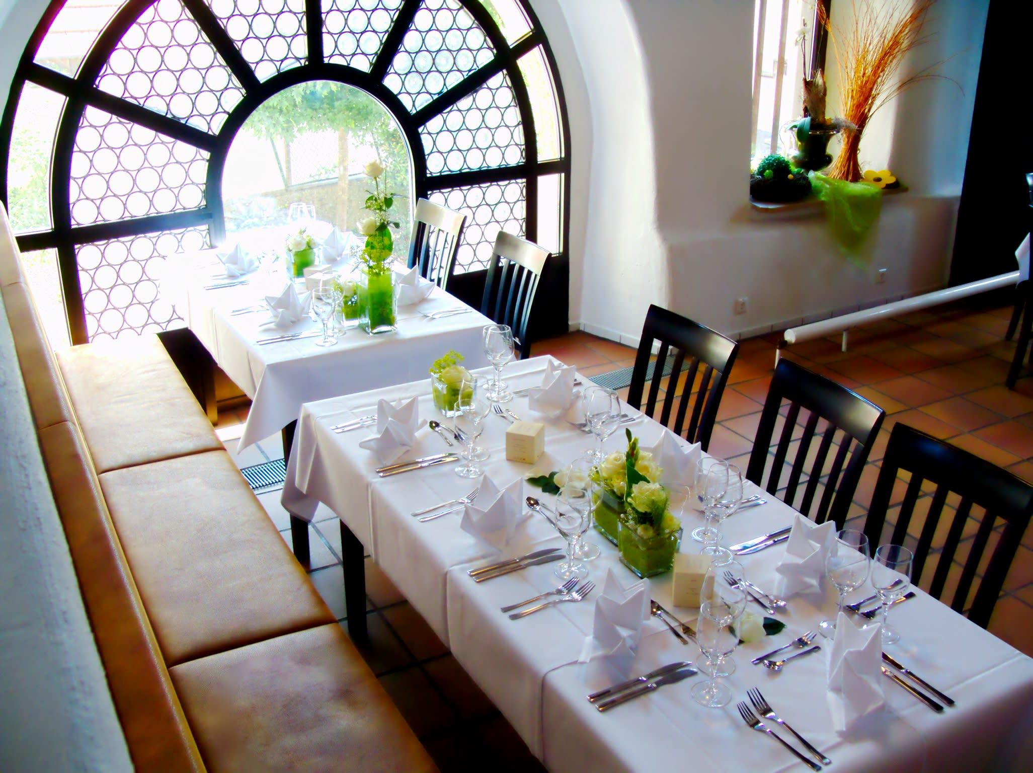 Tisch vor Fenster