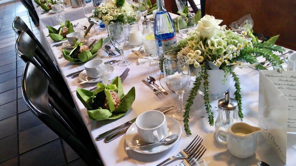 Alte Kelter Tisch mit grüner Deko