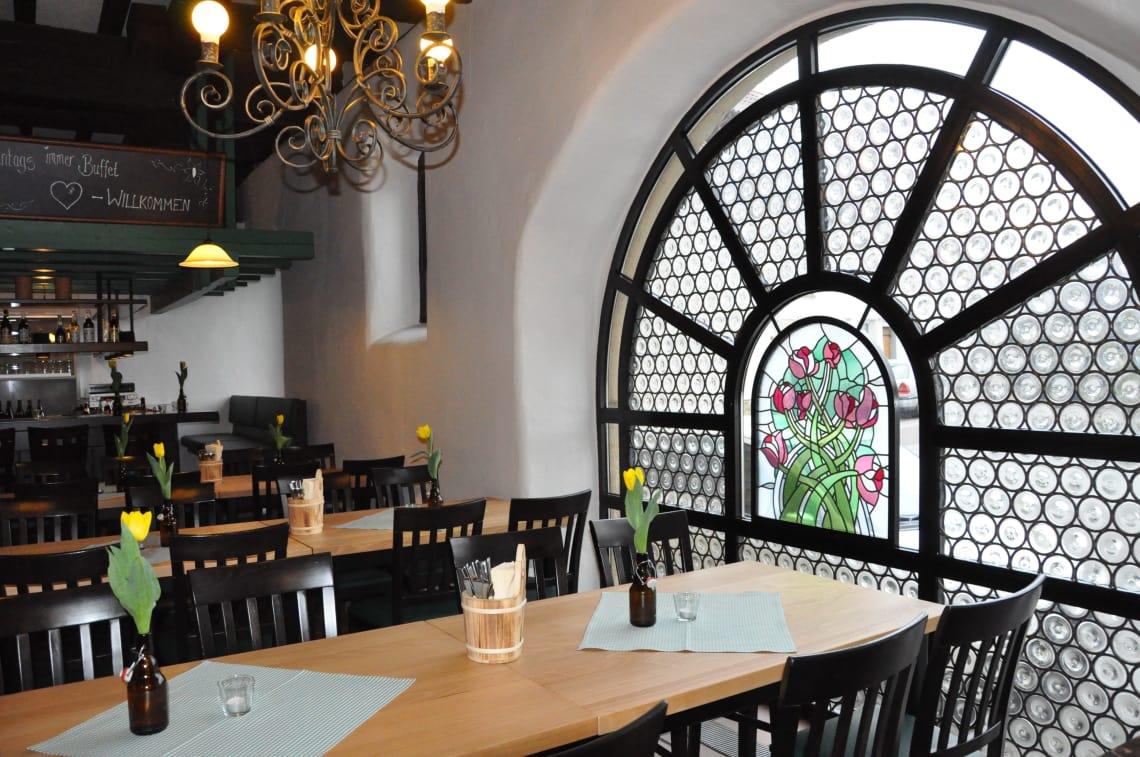 Alte Kelter Tisch vor Blumenfenster