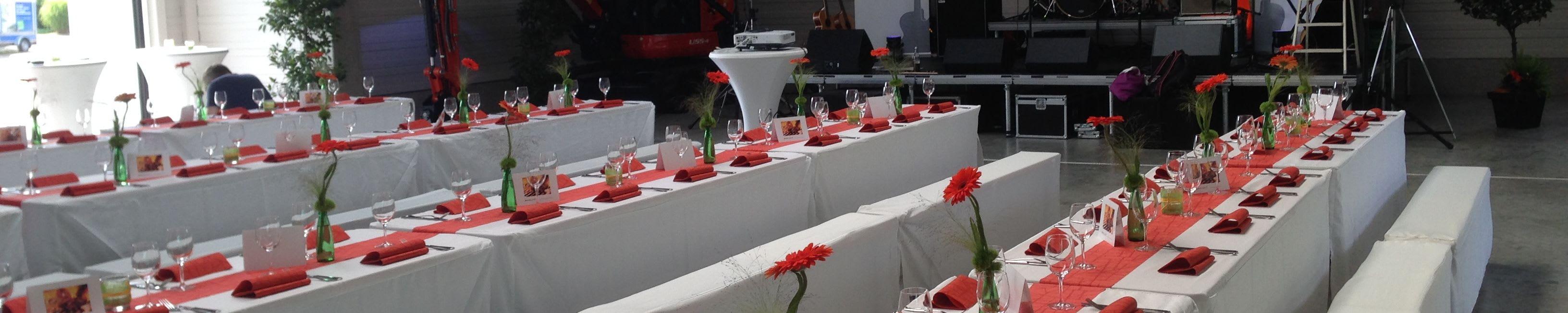 Alte Kelter Tischreihen mit roter Dekoration