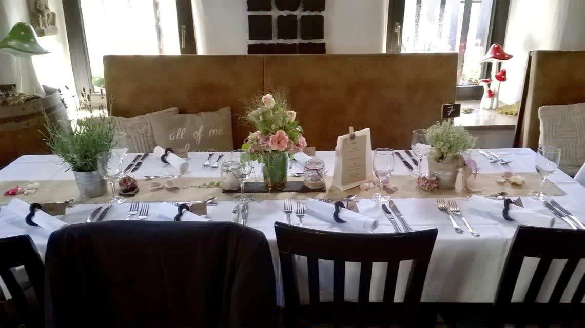 Alte Kelter Kleiner Tisch mit Hochzeitsdekoration
